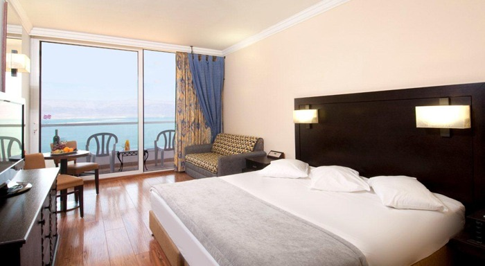 Crowne_Plaza_Dead_Sea_room